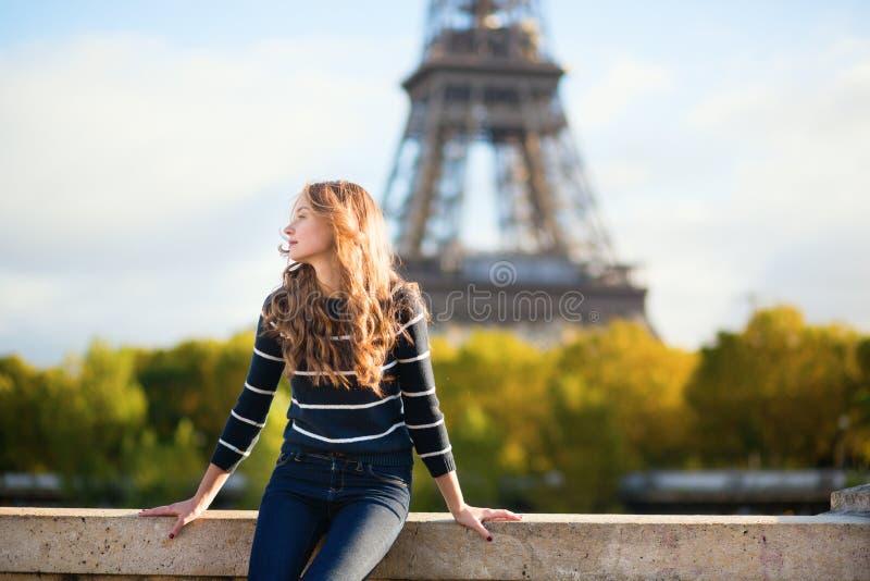 Bella giovane donna a Parigi un giorno dell'autunno fotografia stock