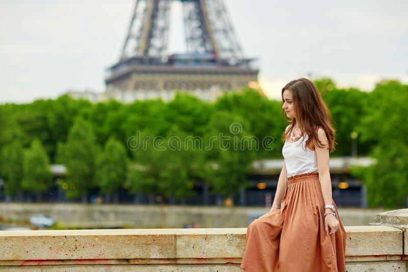 Download Bella Giovane Donna Parigina Immagine Stock - Immagine di elegante, francese: 55357887