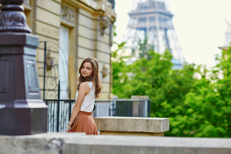 Download Bella Giovane Donna Parigina Immagine Stock - Immagine di europa, parigino: 55358049