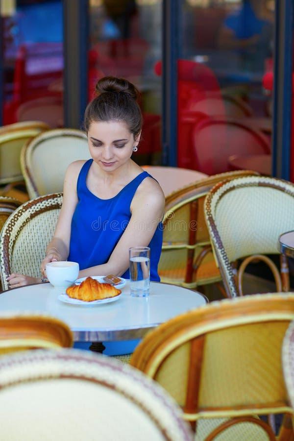Download Bella Giovane Donna Parigina In Caffè Fotografia Stock - Immagine di francese, umano: 55357548