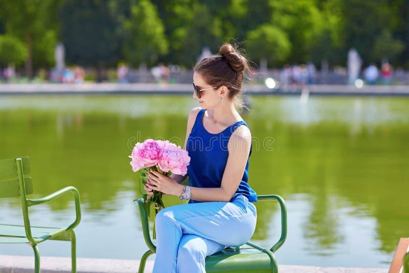 Download Bella Giovane Donna Parigina Con Le Peonie Immagine Stock - Immagine di europeo, bello: 55357671
