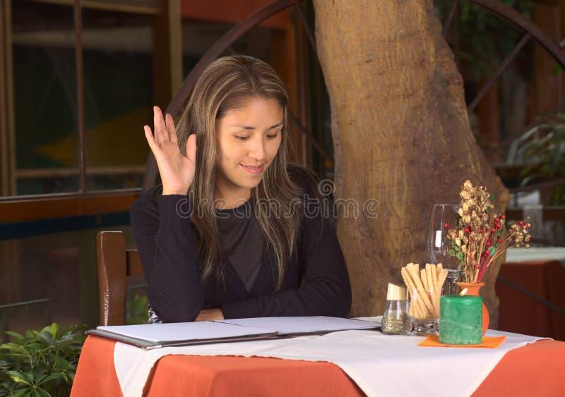 Bella giovane donna peruviana che ordina in un Resta fotografia stock libera da diritti