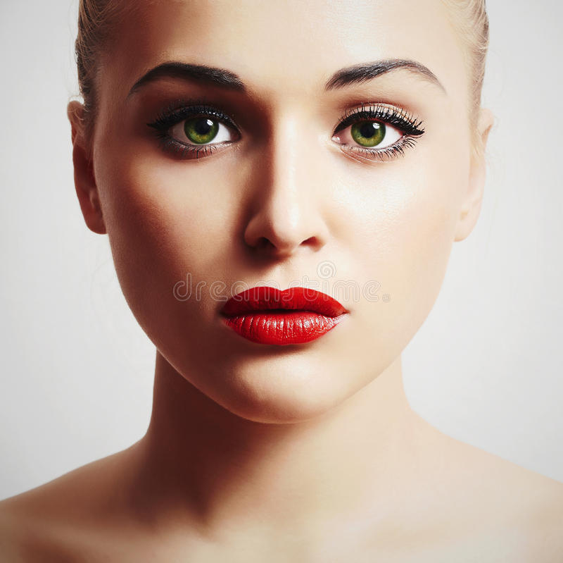 Bella giovane donna Ragazza di modello di bellezza Trucco rosso delle labbra fotografia stock
