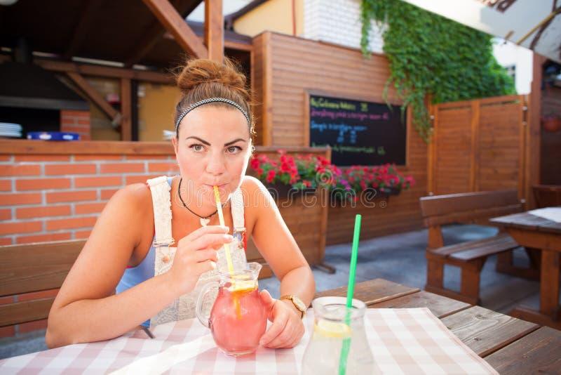 Bella giovane donna in ristorante fotografia stock libera da diritti