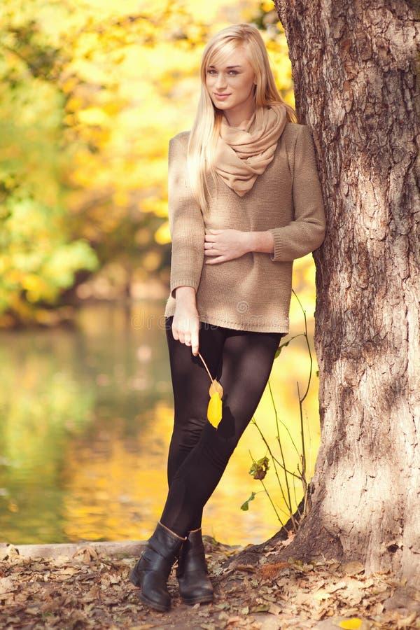 Bella giovane donna - ritratto di autunno immagine stock libera da diritti