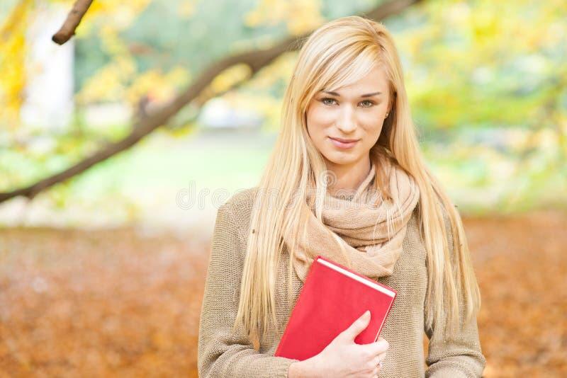 Bella giovane donna - ritratto di autunno fotografie stock libere da diritti