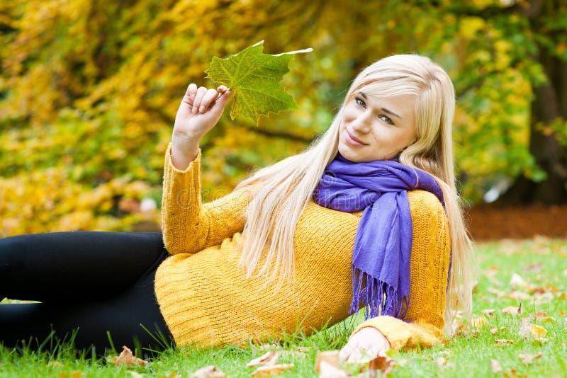 Bella giovane donna - ritratto di autunno immagini stock libere da diritti