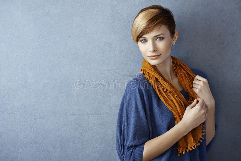 Bella giovane donna in sciarpa fotografie stock