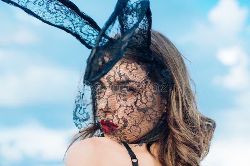 Bella giovane donna sexy che indossa un coniglietto e gli sguardi di pasqua nero della maschera molto sensuale Fronte di espressi immagini stock libere da diritti