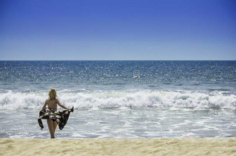 Bella giovane donna sexy della ragazza in bikini sul concetto sano del corpo e di libertà di vacanza di viaggio della spiaggia immagini stock libere da diritti