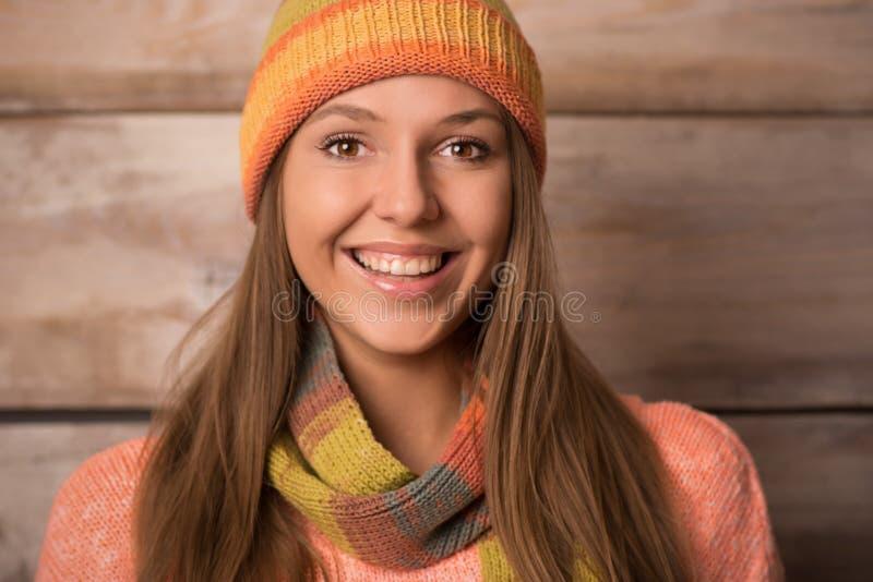 Bella giovane donna sorridente che porta maglione tricottato, inverno ha fotografie stock libere da diritti