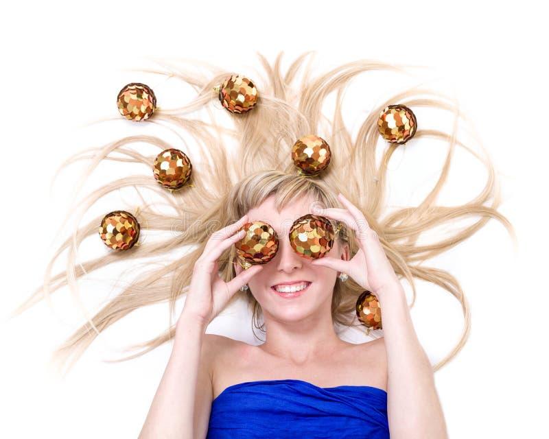 Bella giovane donna sorridente con le decorazioni di Natale contro bianco isolato fotografia stock