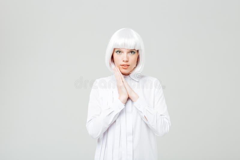 Bella giovane donna sorridente in parrucca e camicia bionde immagini stock libere da diritti