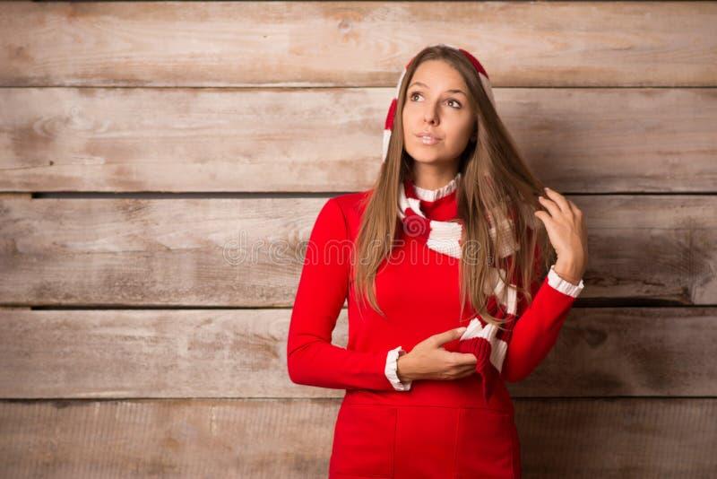 Bella giovane donna sorridente sopra fondo di legno fotografia stock