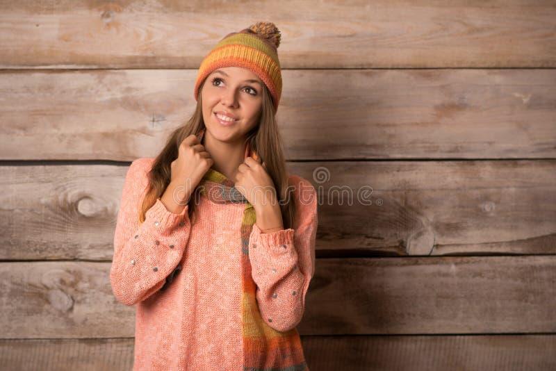Bella giovane donna sorridente sopra fondo di legno immagine stock