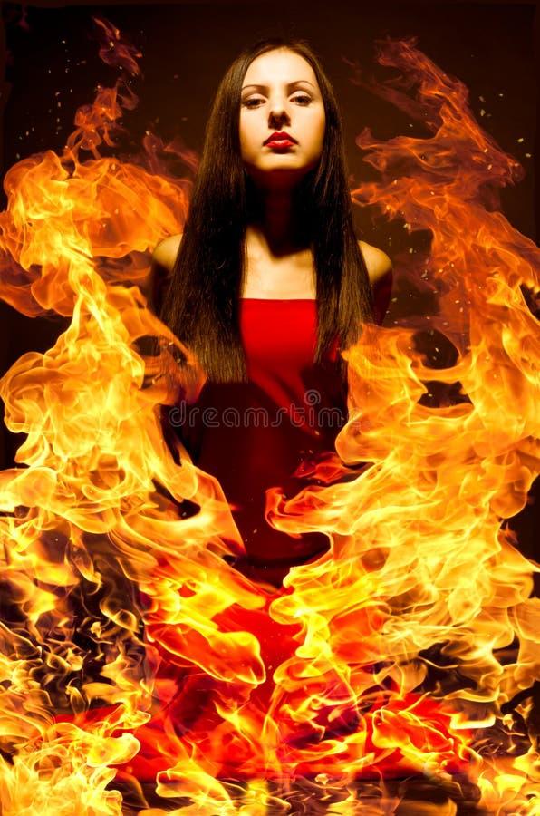 Bella giovane donna su fuoco fotografia stock libera da diritti