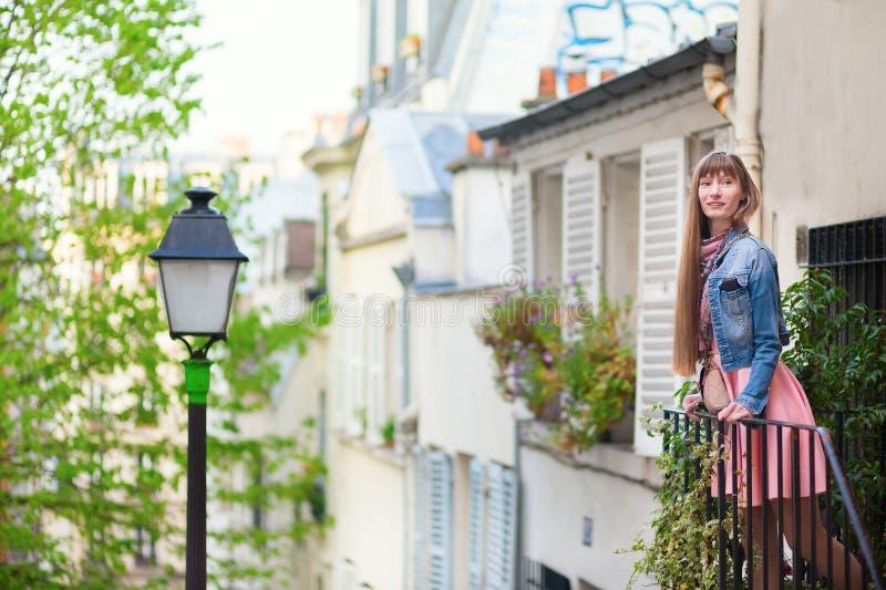 Bella giovane donna su Montmartre immagini stock libere da diritti