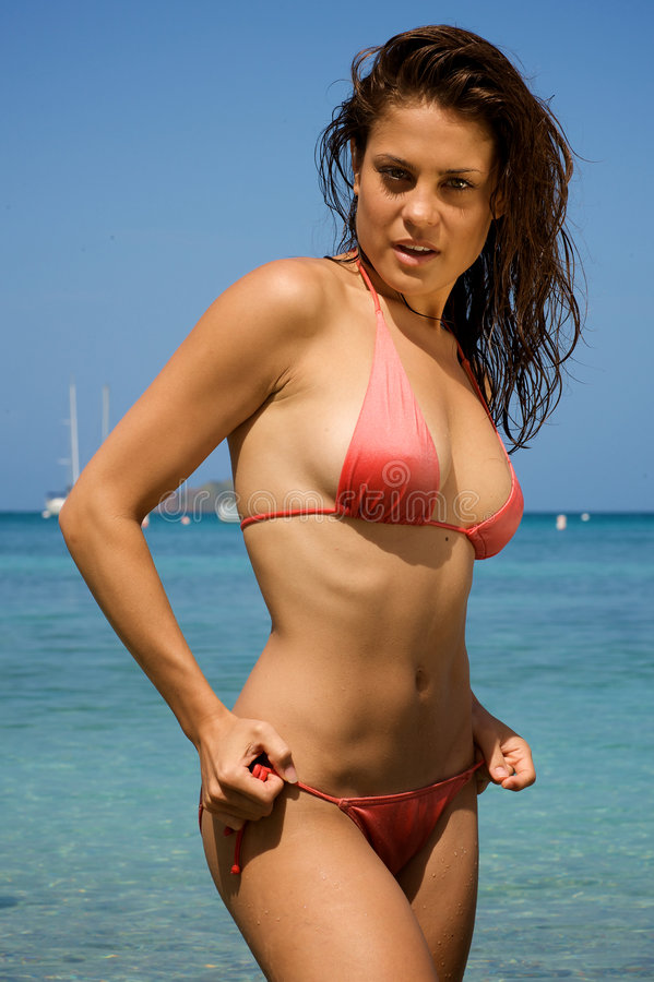 Bella giovane donna su una spiaggia. fotografia stock