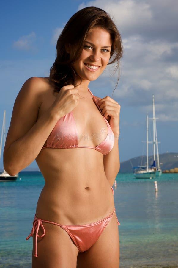Bella giovane donna su una spiaggia. immagine stock libera da diritti