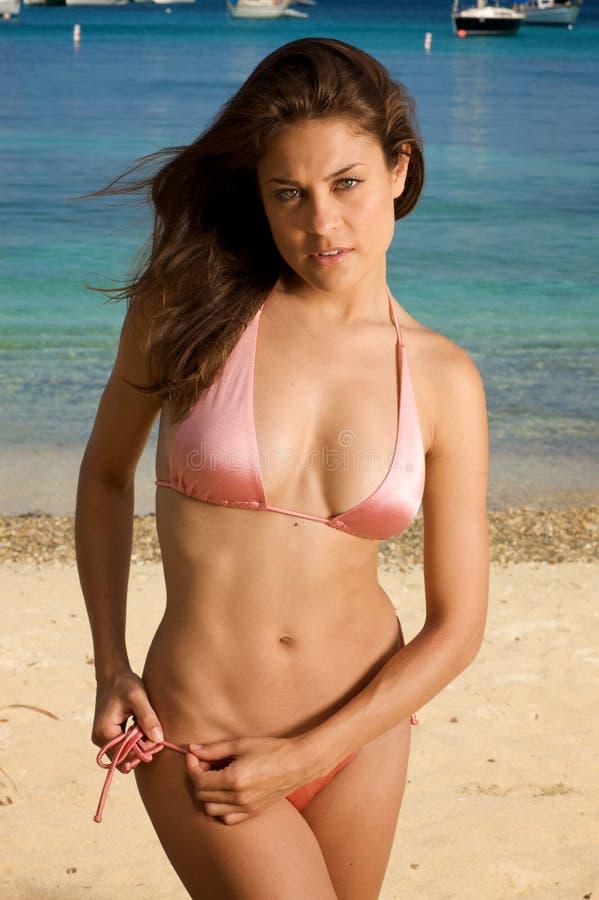 Bella giovane donna su una spiaggia. immagini stock libere da diritti