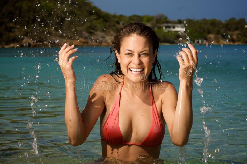 Bella giovane donna su una spiaggia. fotografie stock