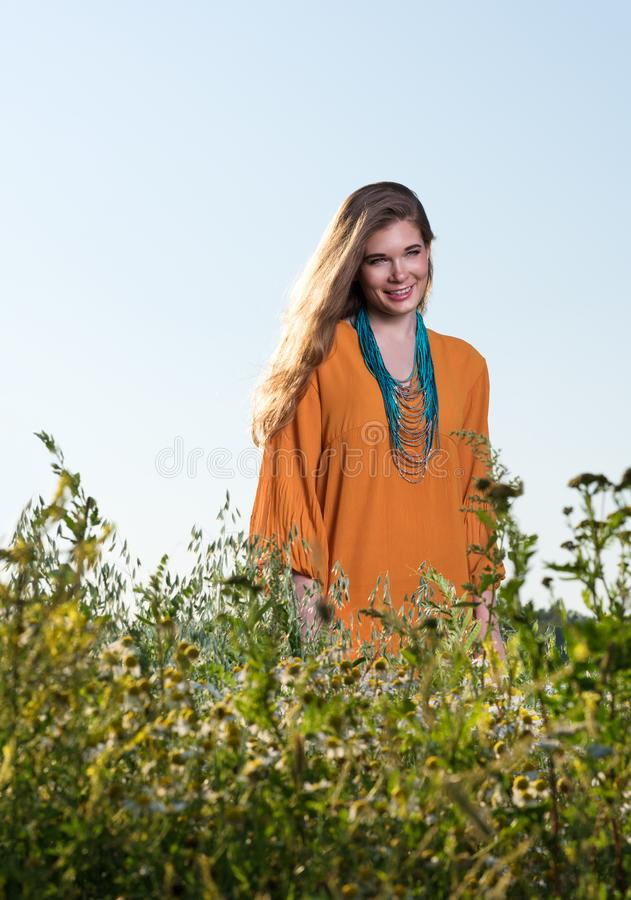 Bella giovane donna in un campo Vestito da estate immagine stock