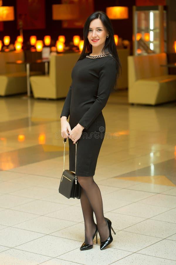 Bella giovane donna in un vestito rosso lussuoso fotografia stock libera da diritti