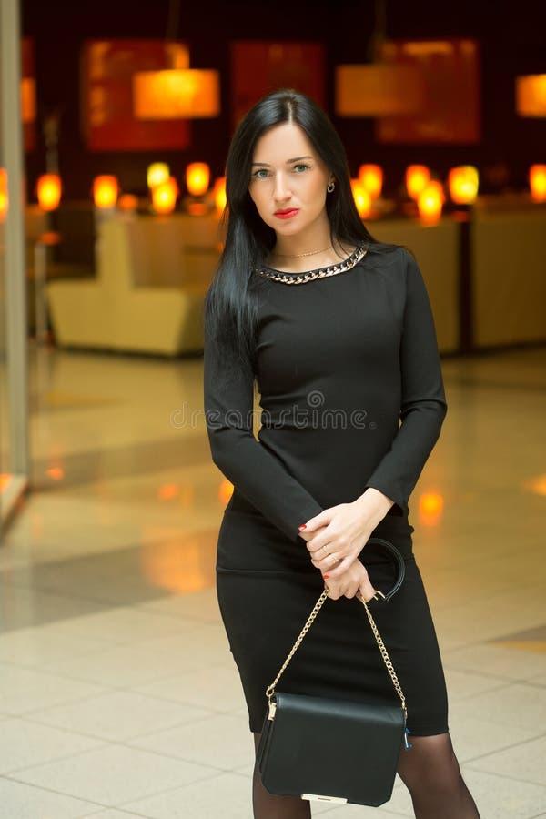 Bella giovane donna in un vestito rosso lussuoso fotografie stock libere da diritti