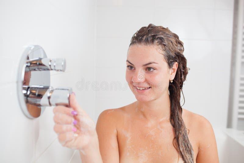 Bella giovane donna in vasca da bagno calda immagine stock libera da diritti