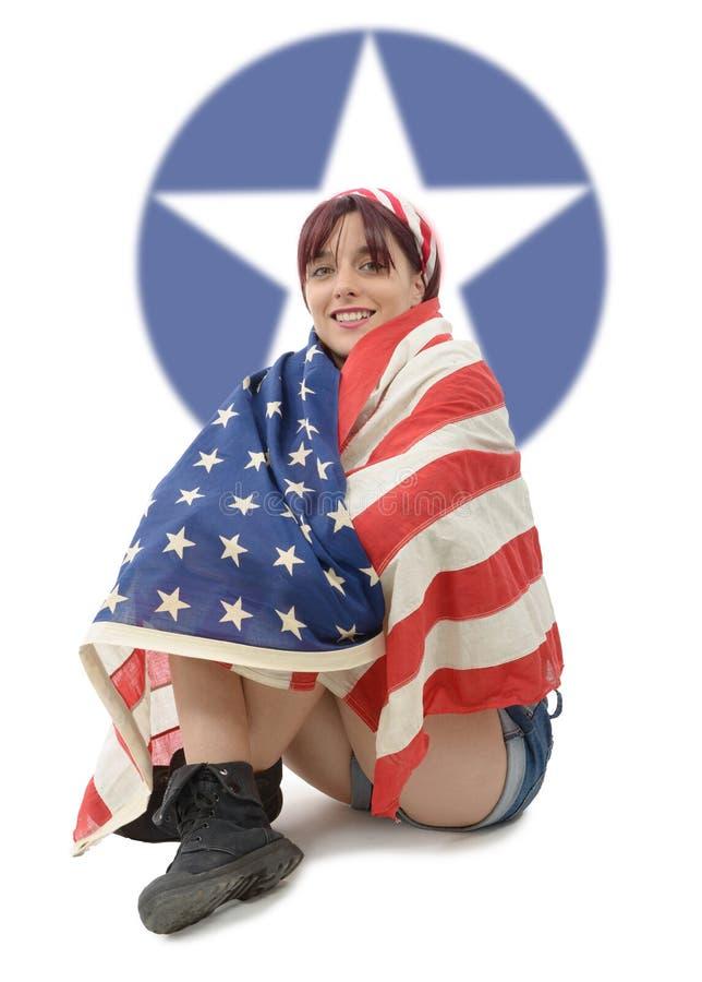 Bella giovane donna vestita con la bandiera americana fotografia stock