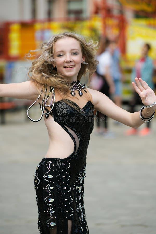 Bella giovane donna in vestiti di uno stile casuale isolati sopra fondo bianco Ragazza che balla nel ballare pubblico e arabo, ra immagine stock libera da diritti