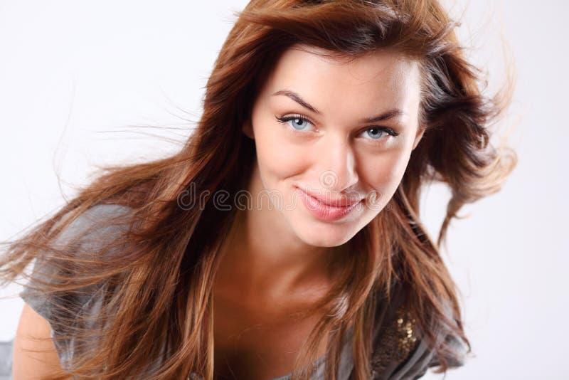 Bella giovane donna in vestito con capelli scorrenti fotografia stock