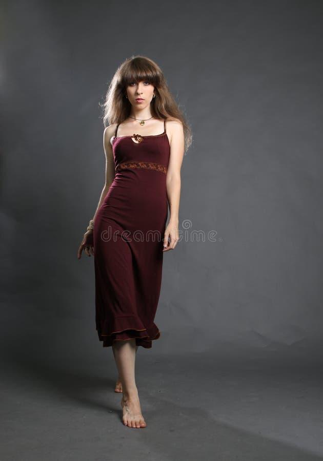 Bella giovane donna in vestito da eleganza immagine stock