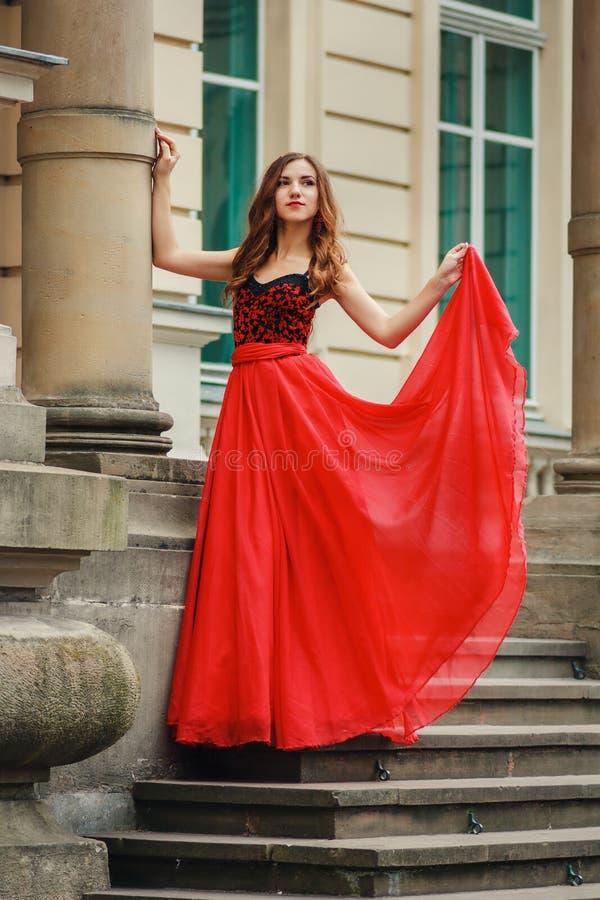 Bella giovane donna in vestito rosso con il corsetto fotografie stock