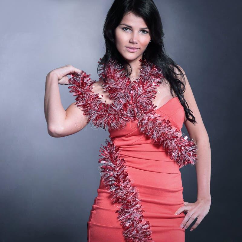 Bella giovane donna in vestito rosso con le luci di Natale isola immagini stock libere da diritti