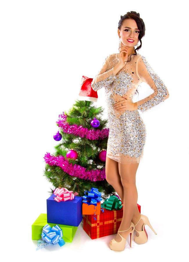 Bella giovane donna vicino ad un albero di Natale con molti regali immagini stock libere da diritti