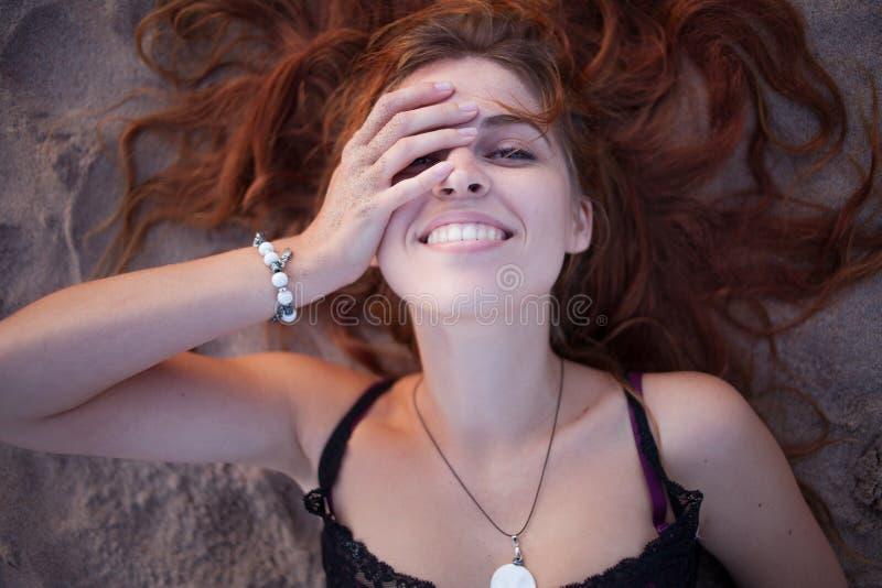 Bella giovane donna Vista superiore del ritratto, trovantesi sulla sabbia, spiaggia fotografia stock