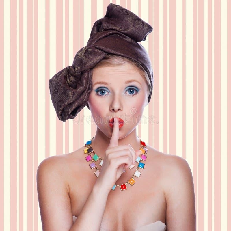 Bella giovane pin-up sexy con l'espressione sorpresa immagini stock libere da diritti