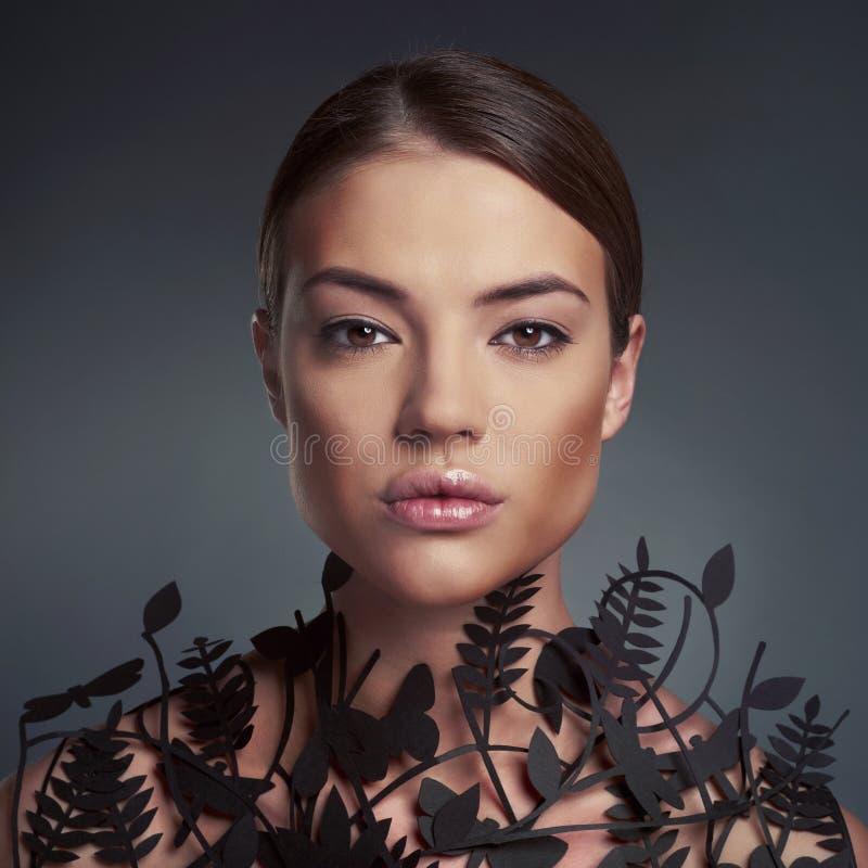 Bella signora con il modello floreale sul collo immagine stock