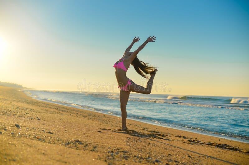 Bella giovane signora nel dancing rosa del bikini sopra fotografia stock