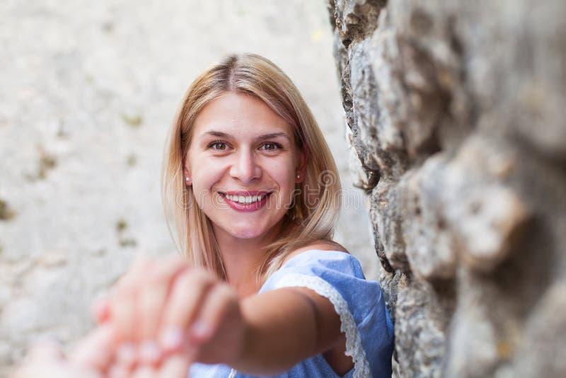 Bella giovane signora sorridere fotografia stock libera da diritti