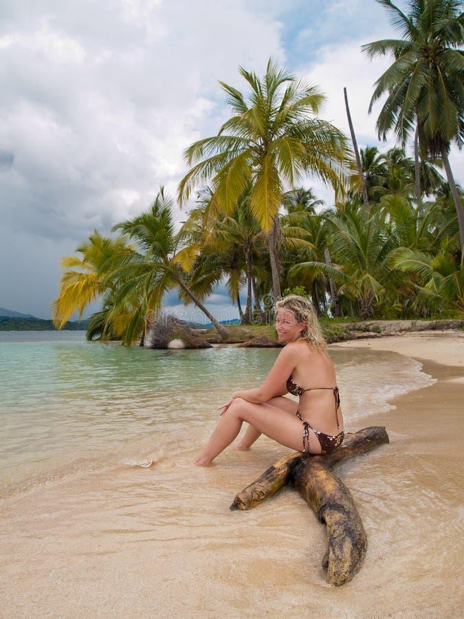 Bella giovane signora in una spiaggia caribean fotografie stock