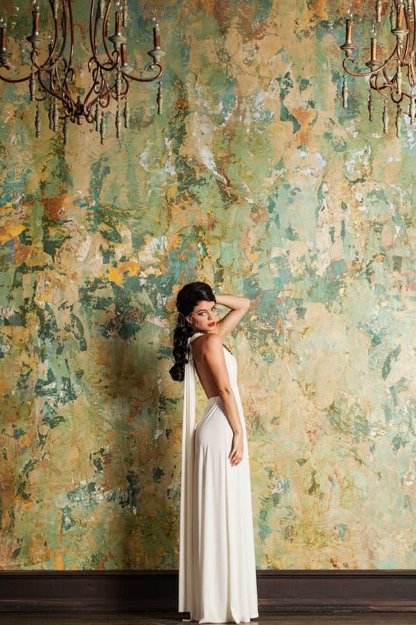 Bella giovane signora in vestito bianco stupefacente immagine stock libera da diritti