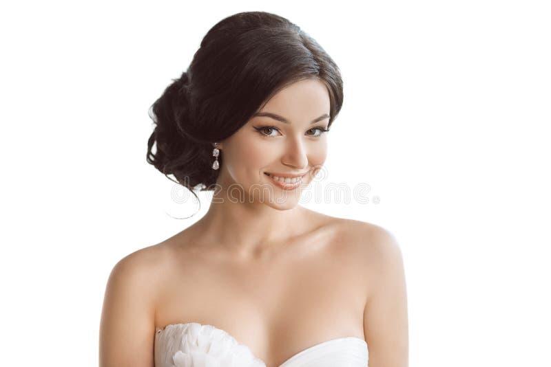 Bella giovane sposa castana - isolata su fondo bianco fotografie stock