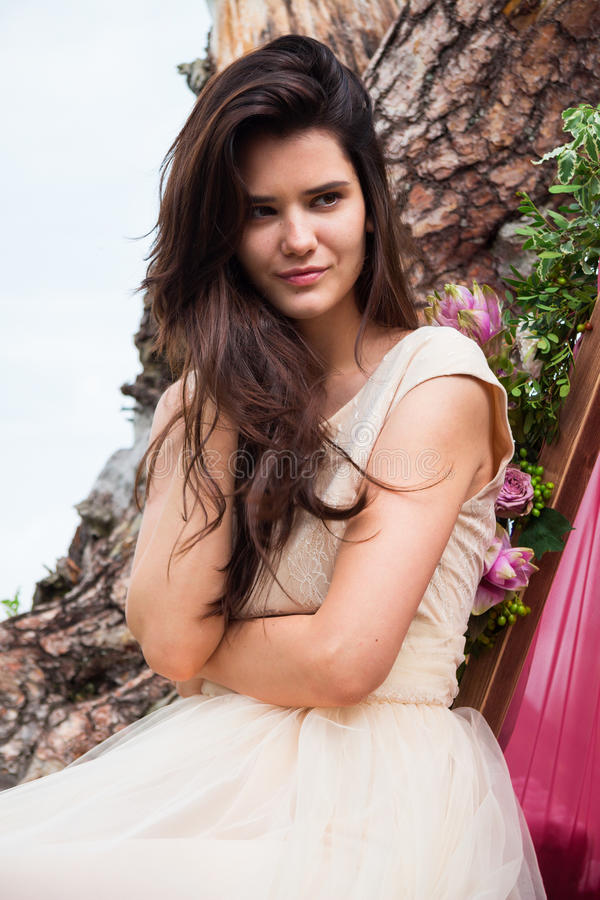 Bella giovane sposa sorridendo vicino alle rocce contro il fondo fotografia stock libera da diritti