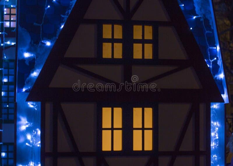 Bella grande casa decorata con le luci di Natale Grande Windows con l'albero di Natale immagini stock