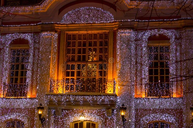 Bella grande casa decorata con le luci di Natale Grande Windows con l'albero di Natale fotografia stock