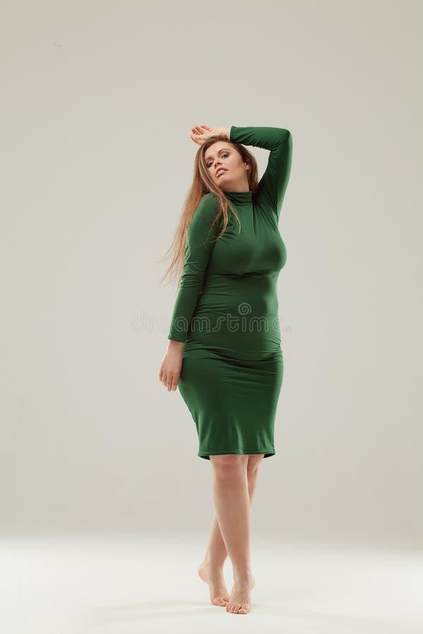 Bella grande ragazza in vestito verde fotografie stock libere da diritti
