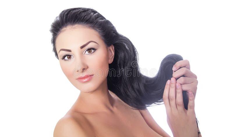 Bella holding della donna i suoi capelli fotografia stock libera da diritti