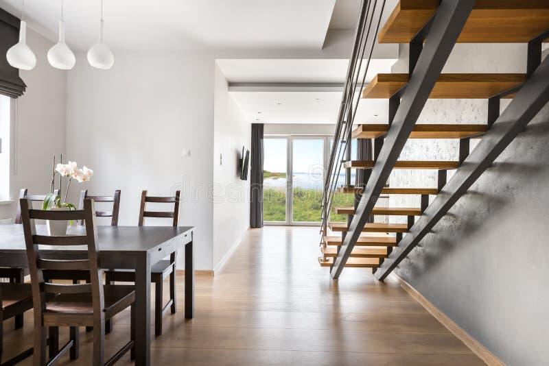 Bella idea aperta dell'appartamento del pavimento fotografie stock libere da diritti